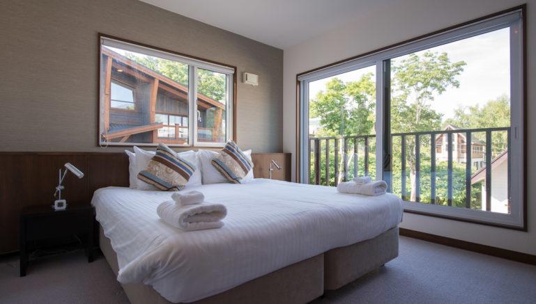 Kashi Lodge Kl02 Master Bedroom With Balcony