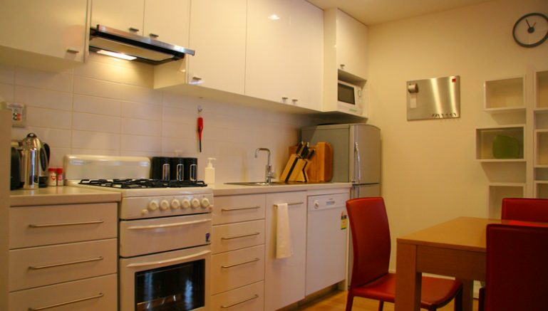 powder-tracks-03-kitchen-dining